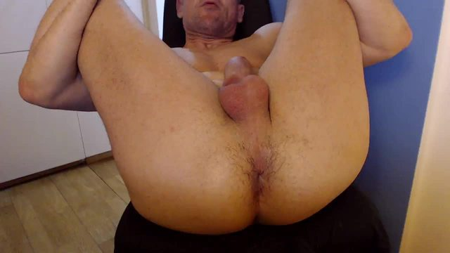 Muscle Daddy Webcam Shows His Twitching Hole