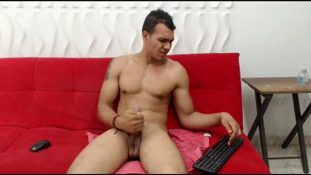 Oliver Maretinez Webcam Shows Off His Body and Hard Cock