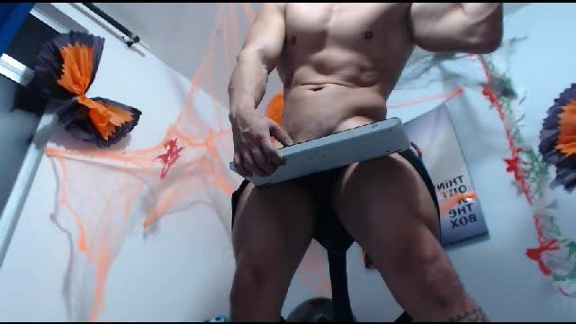 Latin Muscle Webcam Showing Off His Hot Body